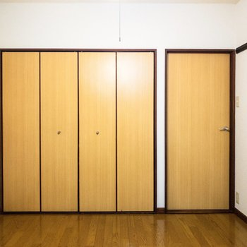 【洋室①】振り返ると折り戸のクローゼットが。