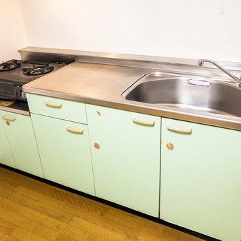 【ダイニング】キッチンは調理スペースもしっかり確保できそう。