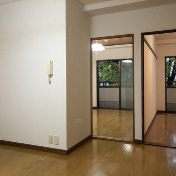 【ダイニング】玄関からすぐに二つのお部屋が見えます。