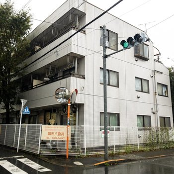 建物は角地にあります。
