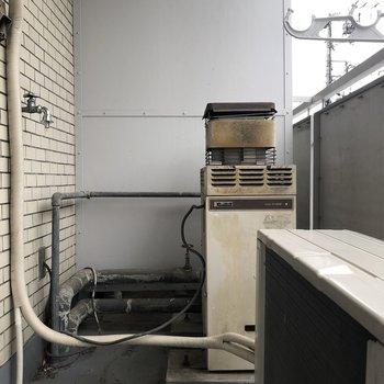 洗濯機置き場は、バルコニーにあります。