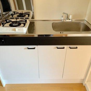 キッチンには作業スペースが設けられています