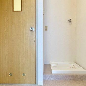 脱衣所の扉を開けると、目の前には洗濯機置き場が