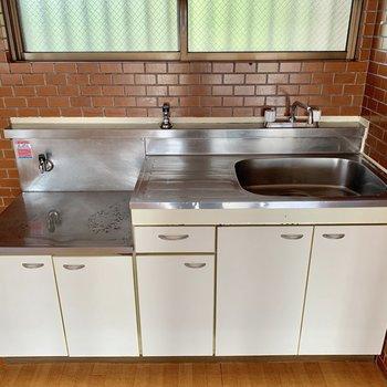 キッチンはレンガ調で落ち着く色合い