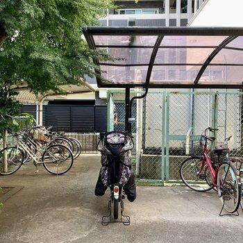 自転車置き場は建物横にありました