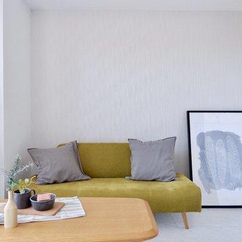 二人がけのソファを置いてもスペースが余ります※家具はサンプルです