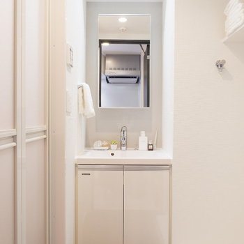 清潔感のある洗面台※家具はサンプルです
