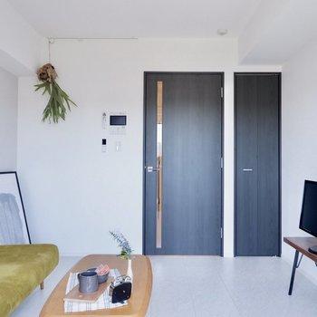 ブラックの扉がお部屋を引き締めます※家具はサンプルです