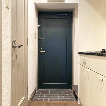 深いグリーンがきゅっとお部屋を引き締めてくれるなあ。(※写真は9階の同間取り別部屋のものです)