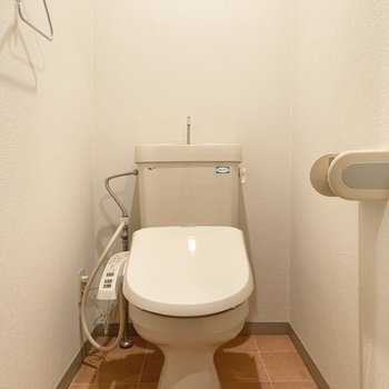 トイレは個室で、ウォシュレット付き○(※写真は9階の同間取り別部屋のものです)