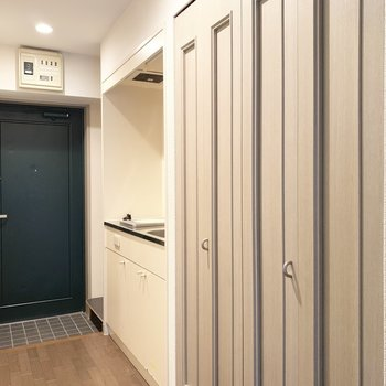 廊下にそってキッチンスペース。(※写真は9階の同間取り別部屋のものです)