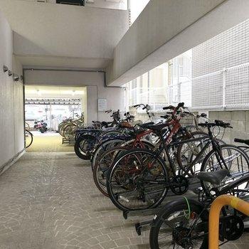 駐輪場は屋根があって雨の日も安心。