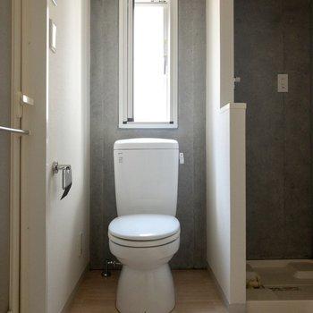 脱衣所とトイレは同室です。小窓があって明るい。※写真は通電前のものです。