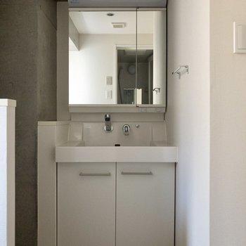 無機質なコンクリートと白を基調とした壁で清潔感がありますね。※写真は通電前のものです。