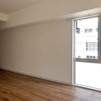 窓辺にはテレビなどを。※写真は通電前のものです