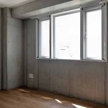 二面採光の寝室。セミダブルベッドがギリギリ入ります。※写真は通電前のものです