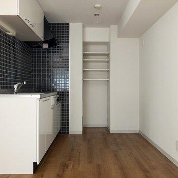収納棚があって嬉しい。右手には冷蔵庫などを。
