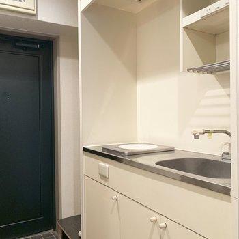 シンプルなIHキッチンで、火元の心配も減るね。(※写真は9階の同間取り別部屋、清掃前のものです)
