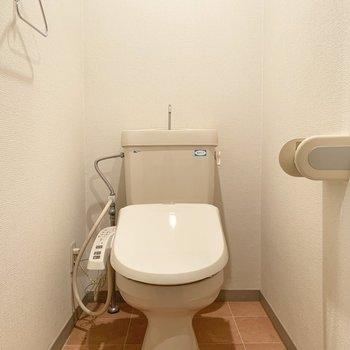 トイレは個室で、ウォシュレット付き○(※写真は9階の同間取り別部屋、清掃前のものです)