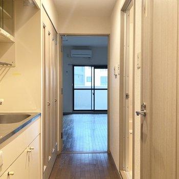 玄関側からもお部屋に一直線!(※写真は9階の同間取り別部屋、清掃前のものです)