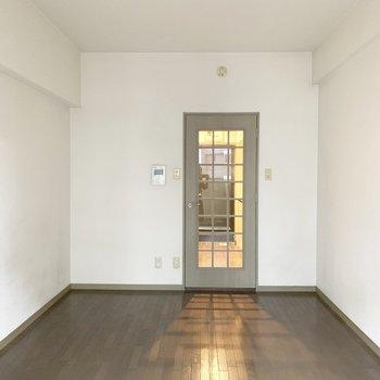 ドアから光がもれる感じがいいなあ〜(※写真は9階の同間取り別部屋、清掃前のものです)