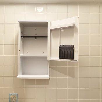 洗面台上部には鏡付きの小物棚も○(※写真は9階の同間取り別部屋、清掃前のものです)