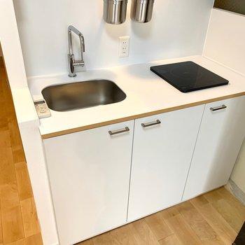 シンプルでスタイリッシュなキッチンは、IHコンロで安全性も確保