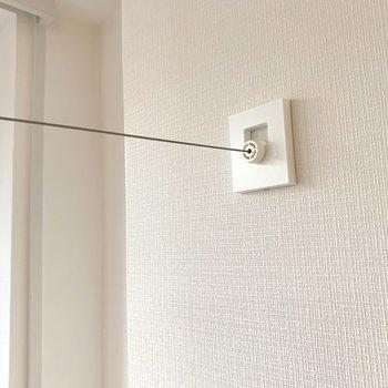 窓際には室内用の物干しワイヤーが設置されてます、これは嬉しい!
