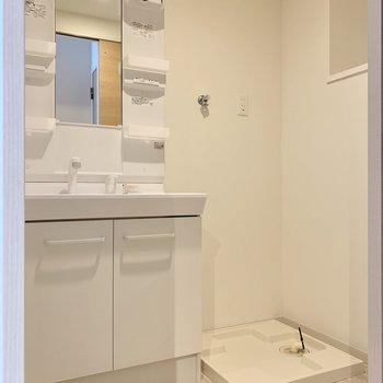 もちろん脱衣所あります。大きな洗面台は女子の味方!(※写真は8階の同間取り別部屋のものです)