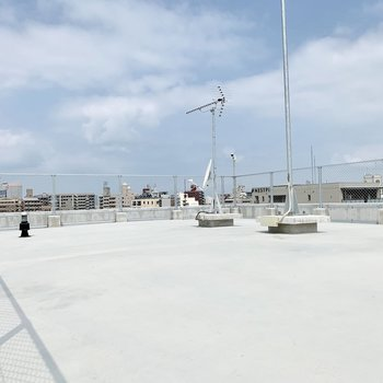 この屋上、風が気持ちいいです!