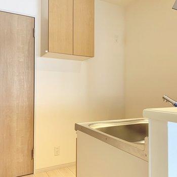 キッチンは対面式。裏側に冷蔵庫や食器棚など置けそう。(※写真は8階の同間取り別部屋のものです)