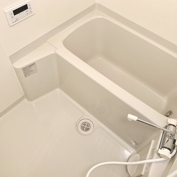 お風呂は追い焚きつき。しっかり疲れを取りましょう。(※写真は8階の同間取り別部屋のものです)