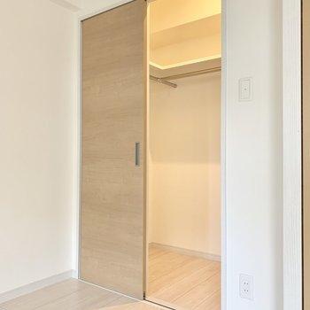 寝室にはウォークインクローゼット。ひとり暮らしなら十分サイズ。(※写真は8階の同間取り別部屋のものです)