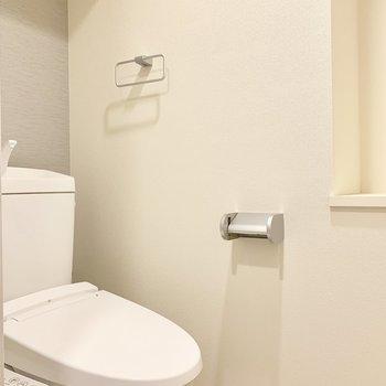 トイレももちろんウォシュレット。 入り口付近に棚あります。(※写真は8階の同間取り別部屋のものです)