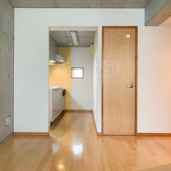 【D6】窓側から見ると。奥にキッチンがあります。