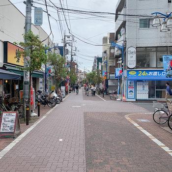 駅前は落ち着いた商店街です。
