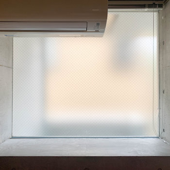 【D6】ダイニング側の窓、コンクリの出窓になっています。