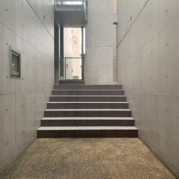 吹き抜けた階段を登るとお部屋に着きます。