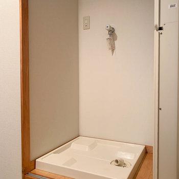 途中引き戸を開けると洗濯機置き場があります。