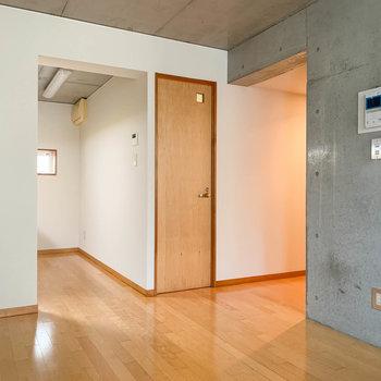 【D6】右側には、廊下があります。