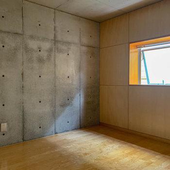 【R5】こちらもコンクリがふんだんに。窓辺のみ、ウッドがあしらわれています。