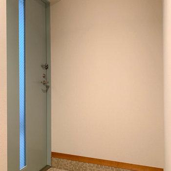 玄関扉はサイドに。