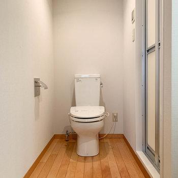 トイレも同室です。