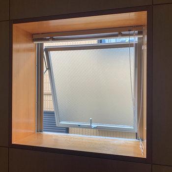 【R5】奥のお部屋の窓も出窓、換気用で少しだけ開きます。