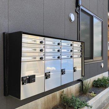 ポストと宅配ボックスは建物の外にあります