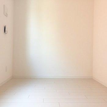 ほぼ白のキレイなお部屋です。