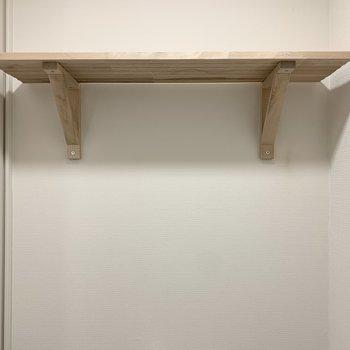 ペーパーやお手入れグッズは上の棚に置けますね。