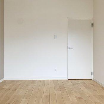 【洋室】寝るだけの空間にすれば、ベッドも大きめのサイズを選べますね。