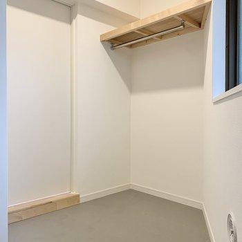 キッチン横のスペースには備品のストックを。