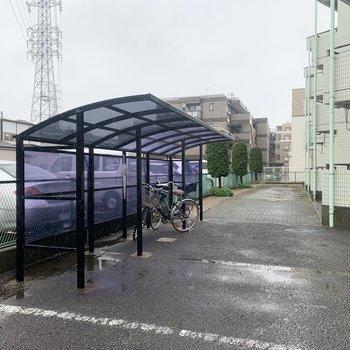駐輪場は建物の左右に。